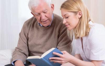cuidadora de senhor com doença de alzheimer