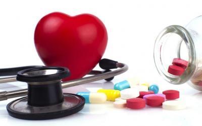 estetoscópio, coração e pílulas