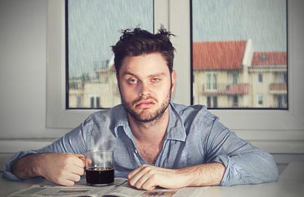 fadiga matinal na esclerose multipla. homem acordando cansado